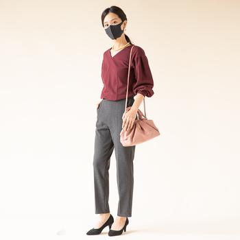 チャコールのマスクは黒ほど重くなく、スタイリッシュに見せてくれる色です。同色のパンツと合わせることでよりシックで大人っぽいコーデに仕上がります。