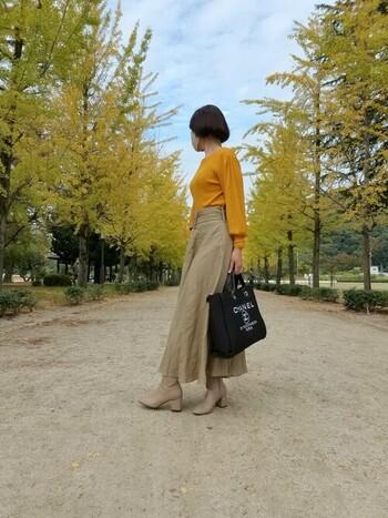 秋冬のお散歩が楽しくなりそうな明るめベージュのマスクコーデ。ロングスカート、ブーツ、マスクの色を合わせれば統一感がグンとUP!トップスは銀杏並木の色ともマッチしていて鮮やかで素敵ですね。