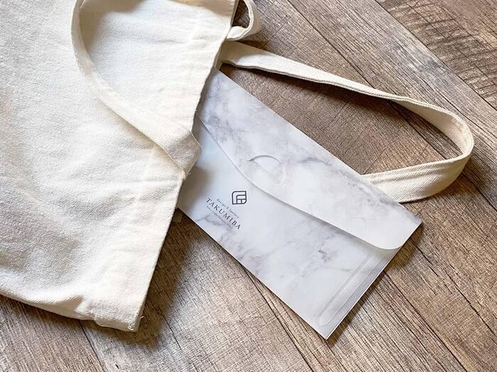 外した後はマスクケースに入れておけば衛生面も安心ですし、オシャレなケースを選べばそのままテーブルに置いていても、雰囲気を損ねません。薄型なので、バッグにマスクをしまいたい時も美しくスマートに収納でき、携帯にとても便利です。