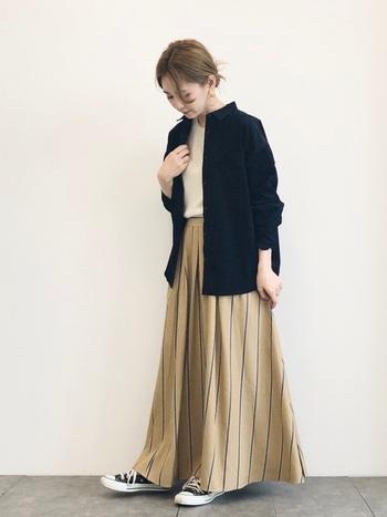 コーデュロイシャツの中でも上品できれいめな印象のネイビーは、スカートとの相性も◎ボリューミーなロング丈のフレアスカートにはジャストサイズのシャツを合わせてバランスよく。