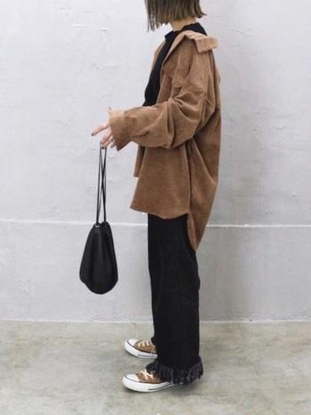 シャツとスニーカーをブラウンで揃え、それ以外のアイテムは黒で統一。シンプルですが、デニムの裾のフリンジが効いています。