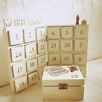 セリアの6マスボックスの形を利用してアドベンドカレンダーに。6マスボックスを組み合わせて、べニア板で蓋を作っています。そのままナチュラルでもよし、クリスマスカラーにペイントして華やかに仕上げても◎