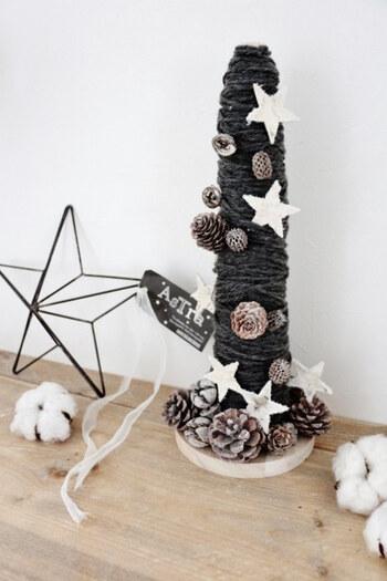 100均のウッドマグカップホルダーの支柱を土台にして毛糸をぐるぐる巻きにして作る、温もり溢れるクリスマスツリー。毛糸の太さやボリュームによって雰囲気が変わります。仕上げにオーナメントとして松ぼっくりをあしらって♪