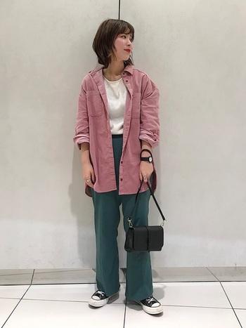 ピンク×ブルーでパッと目を引く楽しい色使いに。インナーや小物はカラーレスにすれば、奇抜にならずにコーデをまとめられます。