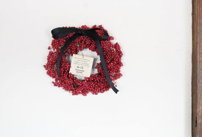 赤いペッパーベリーが鮮やかなリース。本物の植物に見えますが、実はダイソーの造花で作られています。リースの土台にグルーガンで造花を貼り付けていくだけなので簡単!リーズナブルなのにクオリティが高く、扱いやすいのもメリットです。