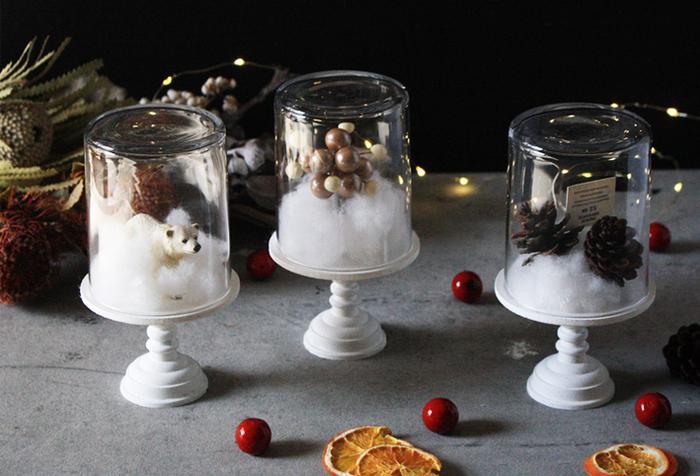 松ぼっくりや綿を使って表現した雪など、冬らしい世界観をギュッと詰め込んだホワイトドーム。100均のグラスやLEDろうそくを使って、貼って塗るだけで簡単に作れます。ベリーペッパーをプラスすると、可愛らしさがアップ!