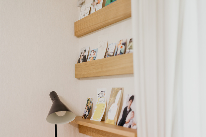 無印良品の壁に付けられる家具の棚や長押に並べて飾るのもおすすめ。省スペースかつ雑貨なども飾れるのがメリット。写真はもちろん、ポストカードやお子さんの絵を一緒に飾ってもいいですね。定期的に写真を入れ替えたたり、たくさん写真を並べたいときにぴったり。