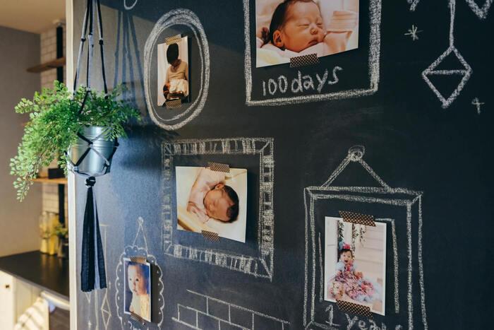 壁に貼ったブラックボードの壁紙に写真を飾って、チョークアートでデコレーション。写真だけだとちょっぴり寂しいときにおすすめのアイデアです。手描きのフレームで囲ったり、写真の魅力を活かした遊び心が素敵♪