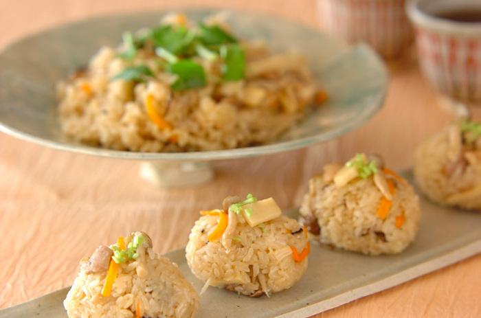 もちもちした食感がおいしい鶏おこわ。お米に煮汁をしみ込ませてから蒸すので、鶏肉と野菜の旨味がしっかりと味わえます。お皿にどーんと盛り付けて好きなだけ食べるのも良し。また、一口サイズにちょこんと盛り付ければ、おもてなしパーティーにもおすすめです。