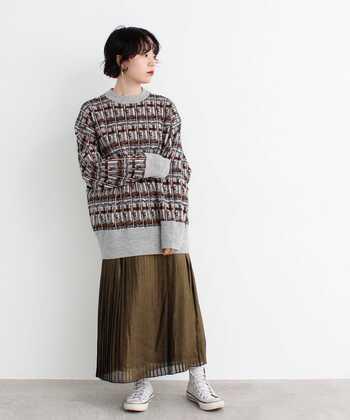 秋はエレガントに穿いていたプリーツスカートも、大きめの柄ニットでウォーム感を。薄手のひらひらプリーツも、ト ップスがニットなのであったか。ハイカットスニーカーで、足元もカジュアルに防寒しています。