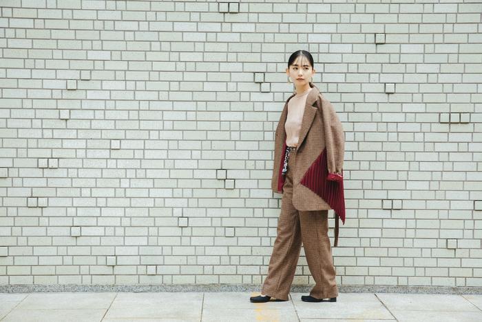 ジャケット ¥70,000、パンツ ¥36,000/ともにイン-プロセス トーキョー(ススプレス 03-6821-7739) ピアス ¥38,000、リング¥35,000/ともにルフェール(UTS PR 03-6427-1030) ブラウス、靴/スタイリスト私物