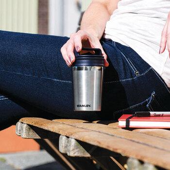 コンパクトサイズが魅力の真空マグは、軽く飲み物を持ち運びたいという時に最適。コーヒーカップのようなルックスが洒落ています。