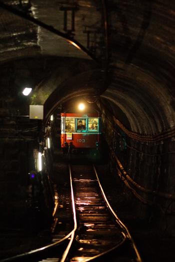 塔ノ沢駅では、駅ホーム奥まで歩いて行くと、次の駅へと続くトンネル内部を除くことができます。暗いトンネルの中から、小さな秘境駅に列車が乗り入れてくる瞬間は、恰好のカメラチャンスとなります。