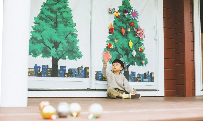 街の景色を背景にした都会的な雰囲気のツリーです。飾りをつけないとクリスマスらしさは低いから、1年を通して飾っておいてもOKです。オーナメントが映えるから、その年の気分やインテリア、子供の年齢などに合わせて自由に楽しみましょう。