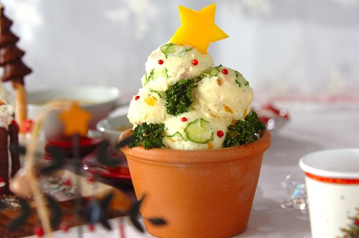 アイスクリームディッシャーを使って、まあるく盛り付けたポテトツリー。ピンクペッパーがなんだかスノーマンの目のようで可愛いですね。クリスマスのテーブルがほっこりしそう♪
