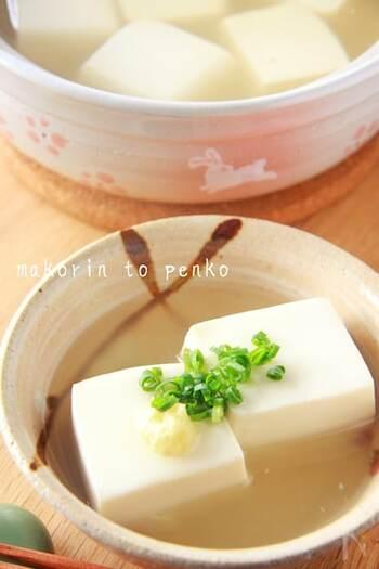 豆腐に片栗粉をまぶす、または水溶き片栗粉を一緒に一煮立ちさせると、プルプルな湯豆腐を作ることができますよ♪