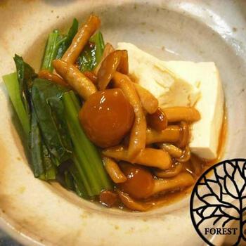 だし汁、醤油、日本酒、なめこを一緒に入れて煮込み完成。お好みでだし汁と醤油の量は調整してOKです。あっさりしているけど、コクのあるクセになるお味ですよ。