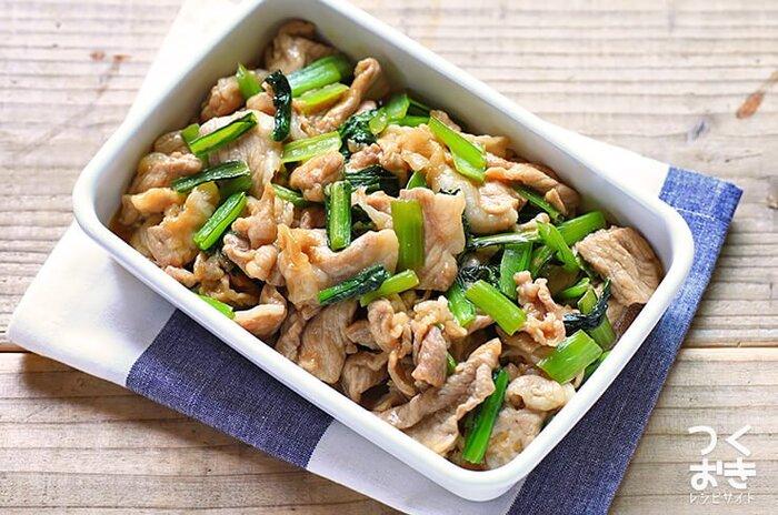 豚肉と小松菜をしょうがのきいた甘辛タレで炒めました。豚肉に片栗粉をまぶすことでタレがよくからみ、味がよくなじみます。がっつり食べたいときにおすすめ。