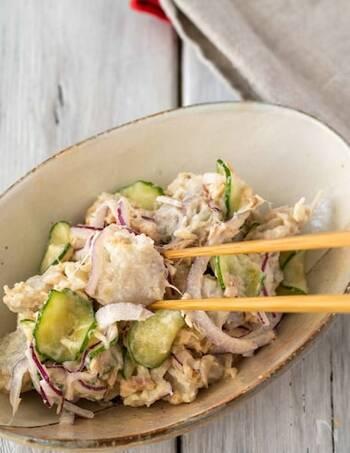 里芋のほくほく食感が楽しめるサラダのレシピ。レッドオニオン&しょうがのシャキシャキ感とのコントラストをお楽しみください♪
