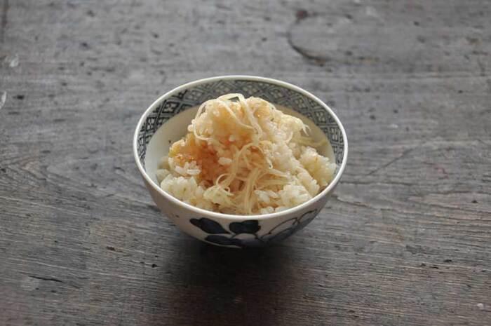 具は新しょうがと油揚げのみのシンプルな炊き込みご飯。シンプルだからこそ、しょうがの香りと風味が際立ちます。