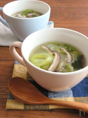 味付けは鶏がらスープの素としょうがだけのシンプルさ。体が芯から温まる具沢山のスープです。