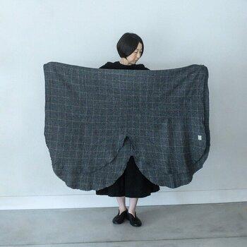 名古屋を拠点として、繊維産地の尾州の地場産業をベースに、日常的で使いやすいもの作りを行っている「commono reproducts(コモノリプロダクツ)」が提案するストールブランド「LOCALLY(ローカリー)」のストール。