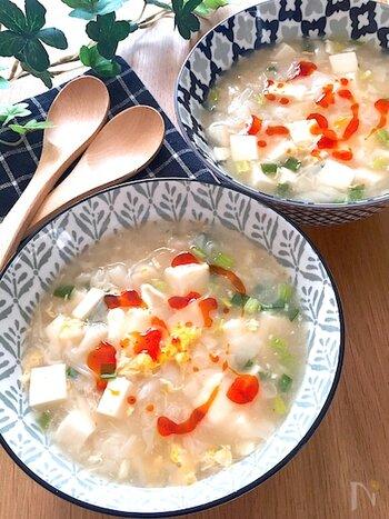 ワンタンと豆腐で作るのど越しの良いサンラータン。簡単に作れる上に栄養もボリュームもたっぷりなので、朝食や夜食としてもおすすめですよ。