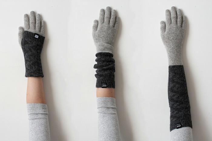 袖口から、冬の冷えで気をつけたい大切な手首までしっかりカバーしてくれるロングサイズなので、ちょっとした隙間から入り込んでしまう寒気も、しっかりブロックしてくれます。しっかり伸ばして着用したり、手首の周辺をくしゃっとさせて袖口から少し見せてもキュート。また、折り返して親指に引っ掛けて着用すれば、手首周りが2重になるので、より温まるだけでなく、まるでニットの重ね着のようなオシャレな着こなしを楽しめます。