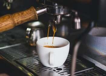 「カフェラテ」と「カフェオレ」。似たような名前で違いがわからないままオーダーしていませんか。  「カフェラテ」とは、エスプレッソで抽出したコーヒーに温めて泡立てたミルク(フォームミルク)を入れたもの。イタリア発祥の「カフェラッテ」が語源なのだそう。ミルクとエスプレッソの割合は8:2が基本といわれています。