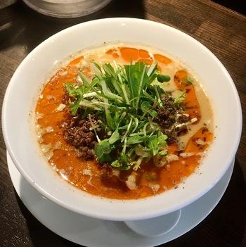 汁のある白胡麻担担麺も、人気のメニュー。優しい味わいのスープが口いっぱいに広がり、花椒のピリッと感との相性が抜群です。体もポカポカ温まりますよ。