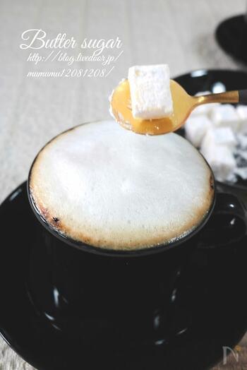 インスタントコーヒーで作ったカフェラテにバターシュガーをトッピングしたカフェオレ。  特別感のあるおしゃれなバターシュガーは、小さめに切ったバターに粉糖をまぶすだけでOK。バターの油分でカフェラテが冷めにくくなるそう。バターシュガーは入れすぎると油っぽくなってしまうので分量に気を付けて。  インスタントコーヒーで作ったとは思えない、バターのコクと甘さが美味しいカフェオレです♪