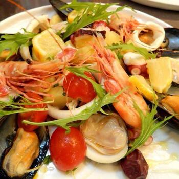 エビ・いか・たこ・ムール貝など魚介類をたっぷり使ったイタリアのサラダ。トマトや水菜などを加えると、カラーもクリスマスっぽくなりますね。