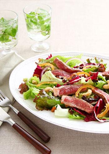 ロゼ色に美しく焼き上がったステーキを加えた豪華なサラダ。まるで主役のような存在感のある一品です。爽やかなレモンピールを散らして召し上がれ。