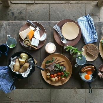 アウトドア気分を感じられるアイテムのひとつが、食事に使う食器なのではないでしょうか。以下のような素材の食器を取り入れれば、いつもの料理もアウトドア風に感じられるかも。