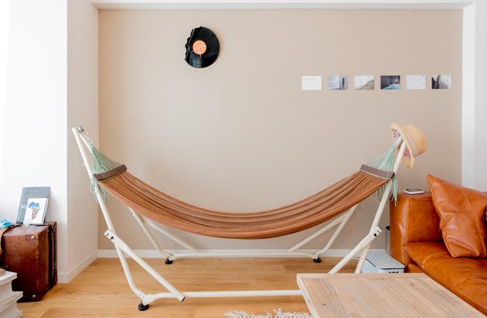 自立するタイプのハンモックも人気のアイテム。ハンモックに寝転んで読書したりお昼寝したり…お家の中にいることを忘れるほどアウトドア感を楽しめそうですね。デザインが素敵なアイテムも多くインテリアになじむため、普段からお部屋に置いていても◎