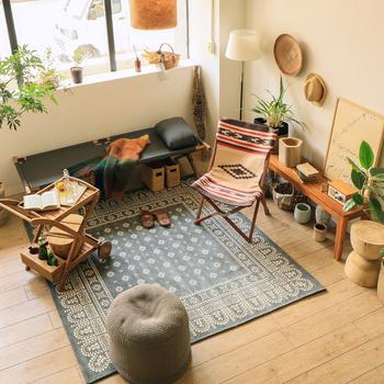 ひんやりとした床で過ごす時間を快適にしてくれるラグ。クッションなどをプラスして居心地の良さにこだわってみてください。室内にテントをはる時にも足元にはラグを。掃除のしやすさがアップし防寒対策になります。