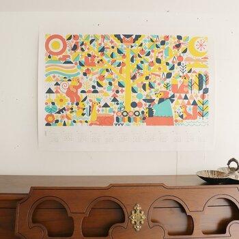 壁に飾るなら、強力な両面テープやタペストリーハンガー、ピクチャーレールなどを活用するのがおすすめです。存在感があり、お部屋に入るとぱっと目に付きますね。