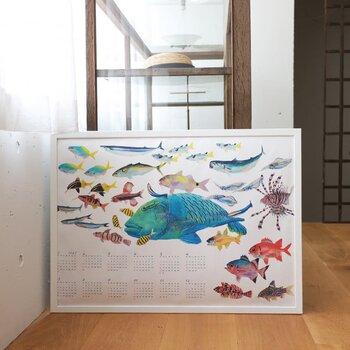 リアルな魚がたくさん描かれたカレンダー。形も色も大きさも異なる魚たちは、一匹一匹じっくり観察したくなります。お客さんが来た時は、真っ先に注目されて話の種になりそう!