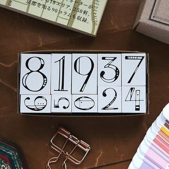 カレンダーに欠かせない数字のスタンプ。数字ごとに異なるデザインが素敵です。全体のバランスを見ながら、一つ一つ丁寧に押しましょう♪