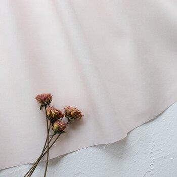 少しくすんだ色合いは、甘くなりすぎずお部屋に馴染むのが魅力。白い壁と相性ぴったりです。布の幅は108cm、長さは50cmのハーフサイズと、1mがあります。余った布は小物作りに使っても◎