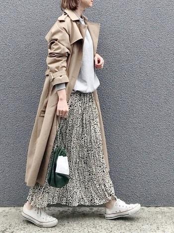 スウェットやスニーカーなどのスポーティなアイテムとプリーツスカートは好相性。そこにトレンチをバサっと羽織れば、作り込み過ぎない大人のナチュラルスタイルが完成。トレンドの巾着バッグが着こなしの鮮度を上げてくれています。