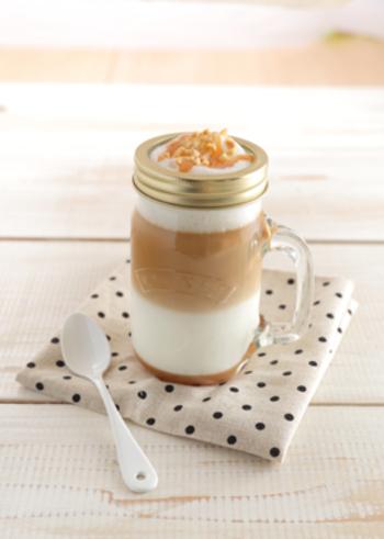 キャラメルソースとアーモンドをトッピングしたカフェラテです。おしゃれなカップに注げば、まるでカフェ気分♪  アーモンドはローストすることでカリっとした香ばしい食感に。コーヒー液を静かに注ぐことがきれいな層を作るポイントなのだそう。おもてなしにもピッタリです◎