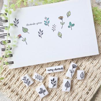 文字と数字だけだと寂しい時は、小さな植物で彩りをプラスしてみましょう!花や葉が細かくデザインされていて、カラーインクを付けると可愛く仕上がります。