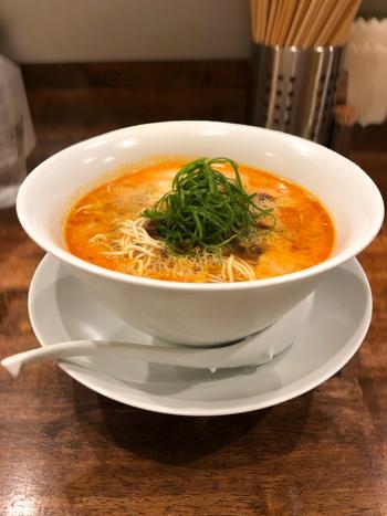 香りから美味しい坦々麺。まろやかなスープと細麺、そしてナッツの歯応えが相性抜群!お好みで花山椒を加えてもGOODです。替え玉をすることができるのも魅力♪