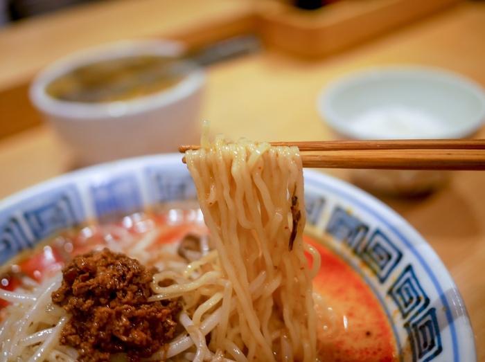 人気の坦々麺は、クリーミーなスープが細麺によく絡み合います。辛さもお好みに合わせて調整可能です。辛いのが苦手な方にはマイルドなスープがおすすめですよ。
