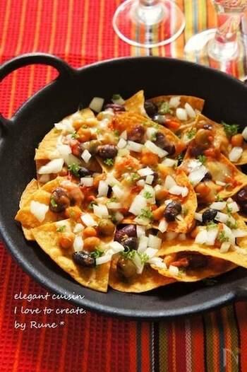 ナチョスとは、トルティーヤにサルサソースなどをかけていただくメキシコ風のアメリカ料理のこと。気軽につまんで食べられるため、ホームパーティーなどのおつまみにぴったりです。 トルティーヤに、ミックスビーンズやトマトで作ったビーンズトマトソース、コンテチーズをのせた鮮やかな一品。コンテチーズを加えることで、カジュアルなお料理が上品な味わいに仕上がります。