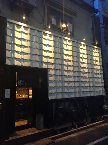 """都内には赤坂と青山に店舗を構える「希須林(きすりん)担々麺屋」は、おしゃれな外観が印象的。""""体に優しい中華料理を食べて欲しい""""というコンセプトで始まりました。"""