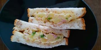例えばポテトサラダを作った次の日は、ちょっとカレーパウダーを加えてサンドイッチに。もちろんそのままサンドイッチにしてもOKですが、味がちょっと変わると意外に新鮮に感じるものです。