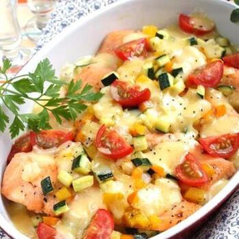 鮭とたっぷりの野菜にコンテチーズをかけて、オーブンで焼き上げたボリューム満点のレシピ。トマトやズッキーニなどの夏野菜を使用していますが、季節ごとに旬の野菜やきのこ類を使用するのもおすすめです。 冷蔵庫の残りもの野菜・きのこの在庫一掃レシピとしても重宝します。