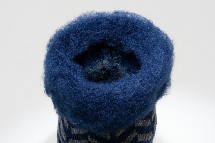 内側もつま先まで起毛仕上げで編まれているので、つま先までもこもこ感があり、履き心地は全体がふんわりとやわらかく包まれているよう。肌触りの良さだけでなく、さすが寒い国で作られた靴下なだけあり、履いているだけで足先までしっかり温まります。